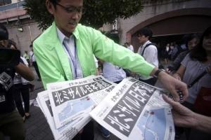 [포토] 日 도쿄서 '북한 미사일 발사' 알리는 호외 배포