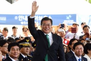 [서울포토] 손 번쩍 들어 인사하는 문재인 대통령