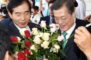 [서울포토] 꽃다발 든 문재인 대통령