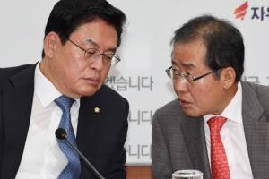 [서울포토] 이야기 나누는 홍준표-정우택