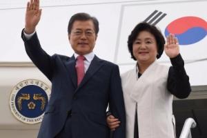 [서울포토] 문 대통령 부부, 뉴욕 도착…전용기 내리며 손 인사