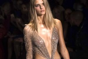 [포토] 걸친 듯 만 듯…몸매 드러난 시스루 드레스