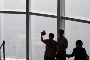 [서울포토] 전망대 오른 시민들…보이는 건 뿌연 도시 풍경뿐
