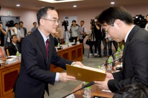 [서울포토] 검찰개혁위원에게 임명장 수여하는 문무일 검찰총장
