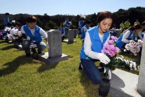 베트남 파병 전사자 묘역에 헌화