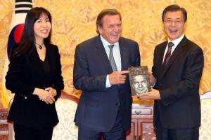 슈뢰더 전 독일 총리, 김소연씨와 다섯 번째 결혼 임박