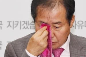 [서울포토] 넥타이로 눈 닦는 홍준표 대표