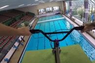 자전거 타고 다이빙대서 점프한 무모한 남성