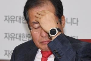 [서울포토] '심각한' 홍준표 자유한국당 대표