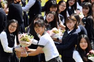 수능 앞둔 선배님들 '꽃 받고 파이팅'