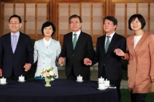[서울포토] 손 잡은 문재인 대통령과 여야 4당 대표