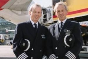 영국 60세 쌍둥이 조종사 30초 간격으로 은퇴 비행 '랜딩'