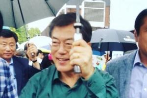 문재인 대통령 내외, 우산 쓰고 수제비 오찬…시민들과 대화