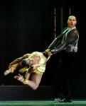 회전하는 여성 댄서의 유…
