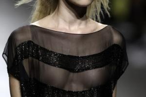 [포토] 검정 시스루 패션으로 빛나는 런웨이