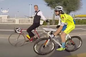 달리는 자전거서 식사하는 별난 바이커
