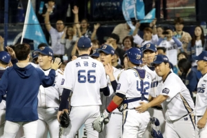 프로야구 준PO 3차전, NC 홈런 5방으로 13-6 승리…롯데 '벼랑 끝'