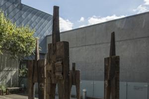나무와 마주한 조각가...'전후 한국 현대 목조각의 흐름'전