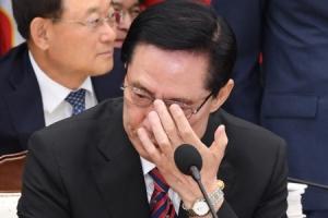 [서울포토] 안경 고쳐쓰는 송영무 국방부 장관
