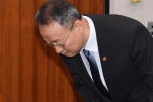 [서울포토] 인사하는 백운규 산업통상자원부 장관