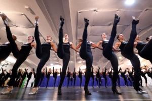 [포토] 흐트러짐 없는 칼군무 선보이는 댄서들
