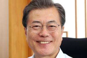 문 대통령, 평창동계올림픽 기념지폐에 친필 서명