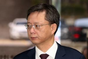 """우병우, 재판 중 태도 지적받아…법원 """"액션 나타내지 말라"""""""