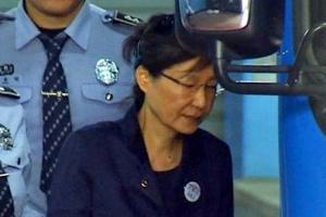 [포토] '구속 연장'된 박근혜 전 대통령의 안경 쓴 모습