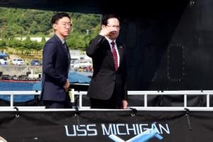 """송영무 국방부 장관, 미군 핵잠수함 방문…""""미 전략자산 순환배치 강화"""""""