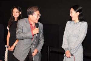 [포토] '여배우님, 반갑습니다'…문대통령, 부산국제영화제서 영화 '미씽' 관람
