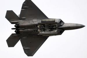 [포토] 무기 적재함 열고 선회하는 F-22 랩터