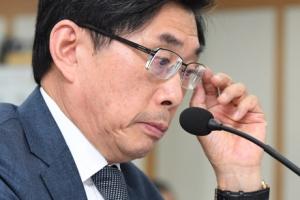 [서울포토] 안경 고쳐 쓰는 박상기 법무부 장관