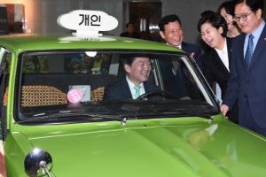 [서울포토] 영화 속 그 택시에 타보는 안철수 대표