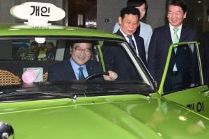[서울포토] 영화 '택시운전사' 택시 타보는 우원식 원내대표