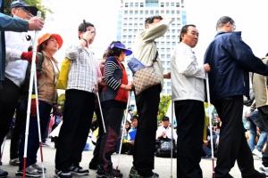 [서울포토] 거리로 나온 시각장애인 안마사들