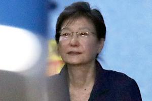 [포토] 안경 쓴 채로 법원 나서는 박근혜 전 대통령