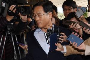 [서울포토] 취재진 뚫고 지나가는 구은수 전 서울경찰청장