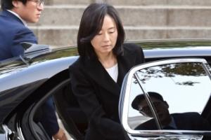 [서울포토] 차에서 내리는 조윤선 전 장관