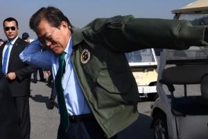 [서울포토] 공군 점퍼로 갈아입는 문재인 대통령