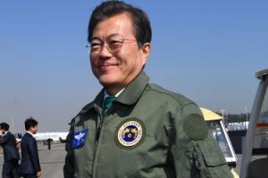 [서울포토] '서울 ADEX 2017' 공군 점퍼입은 문재인 대통령