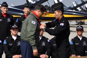 [서울포토] 공군 '빨간 마후라' 두른 문재인 대통령