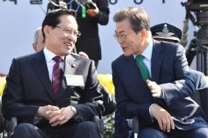 [서울포토] 송영무 국방부 장관과 대화 나누는 문재인 대통령