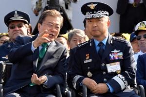 [서울포토] 이왕근 공군참모총장과 대화 나누는 문재인 대통령