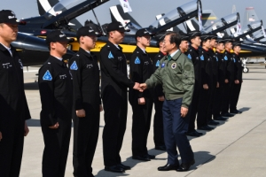 [서울포토] 문재인 대통령, 공군 조종사·정비사 격려
