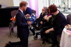 [포토] 英 해리 왕자, 무릎꿇어 어린이와 눈높이 맞춘 대화