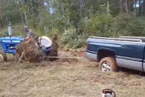 진흙에 빠진 차 꺼내려다 봉변당한 트랙터 운전자