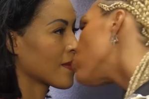 기 싸움 벌이던 두 여성 프로복서, 갑자기 입맞춤을?