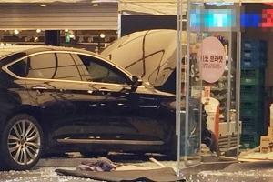 강남역 인근 사고…50대 여성이 몰던 차량 상가로 돌진, 6명 병원 이송