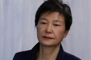 """박근혜, 한국당 자진 탈당 요구에 """"이해할 수 없다"""" 배신감 토로"""