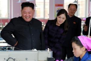 [포토] 북한 김정은·리설주, 운동화 공장 시찰…김여정 수행